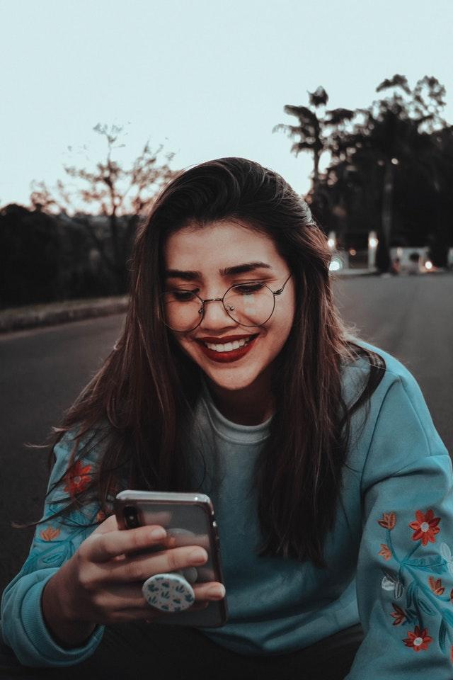 girl texts boyfriend